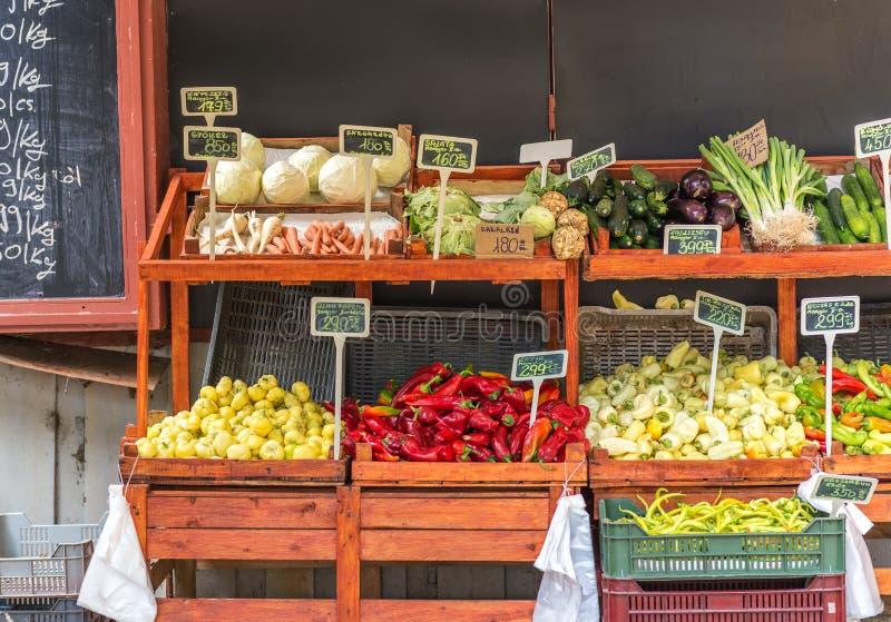 Greengrocery - överflöd av fruktgrönsaker i marknaden arkivfoton