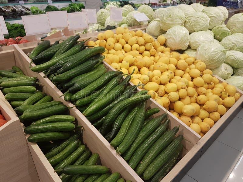 Greengrocery капусты лимонов томатов огурцов стоковые фотографии rf