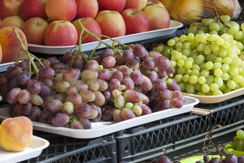 Greengrocery с свежими фруктами и овощами стоковые изображения rf