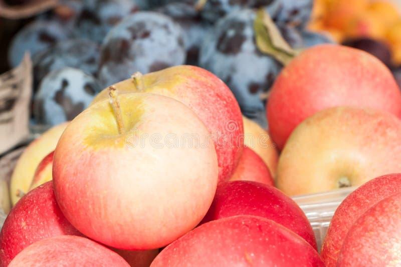Greengrocery com frutas e legumes frescas imagens de stock