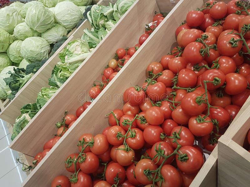 Greengrocery do mercado super da couve dos tomates fotos de stock royalty free