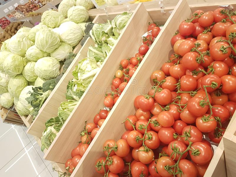 Greengrocery do mercado super da couve dos tomates fotografia de stock royalty free