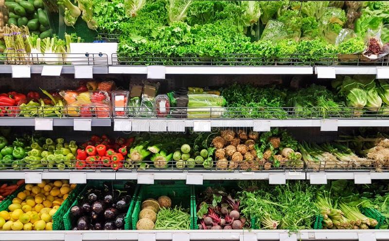 Greengrocery dos vegetais em cores do supermercado para o alimento imagem de stock royalty free