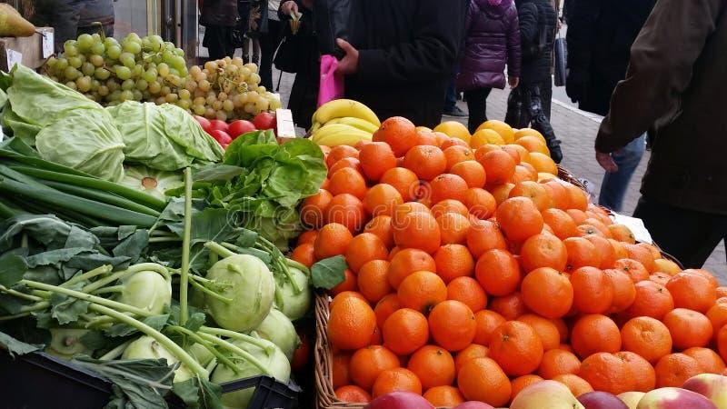 Greengrocery i en stadsgata royaltyfria bilder
