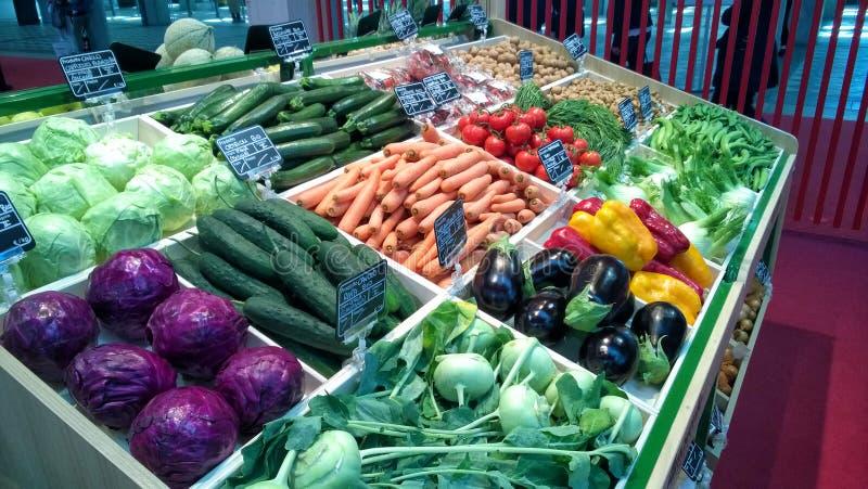 Greengrocery med hyllan med nya grönsaker och frukter royaltyfri bild