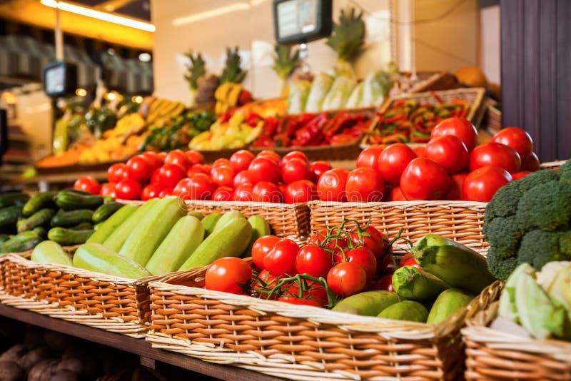 Greengrocery med nya frukter och grönsaker arkivfoto