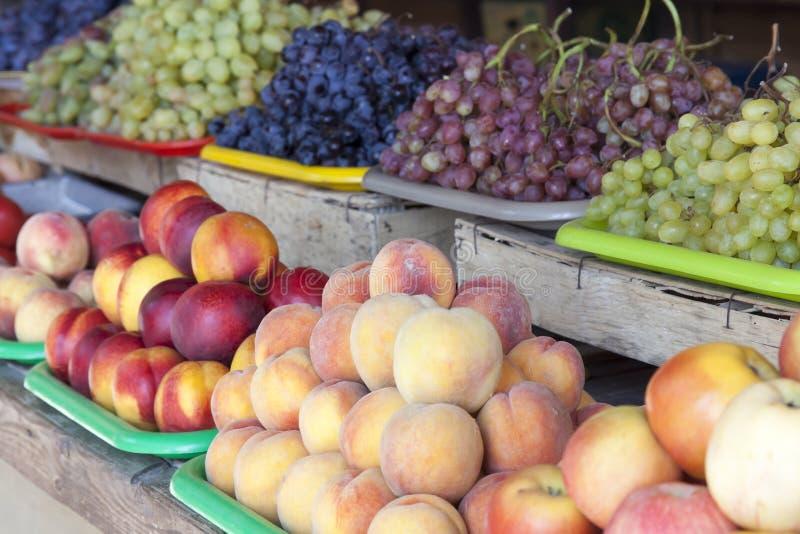 Greengrocery med nya frukter och grönsaker royaltyfri foto