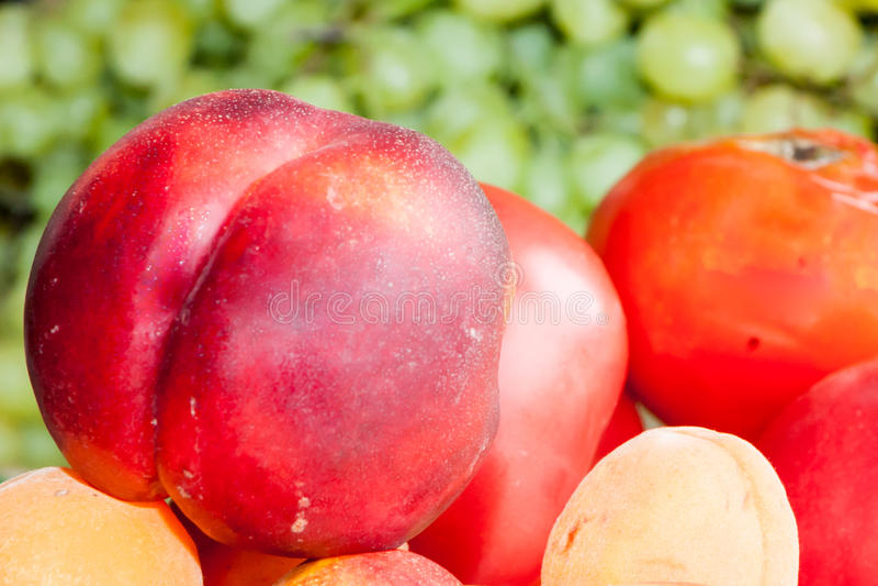 Greengrocery med nya frukter och grönsaker fotografering för bildbyråer