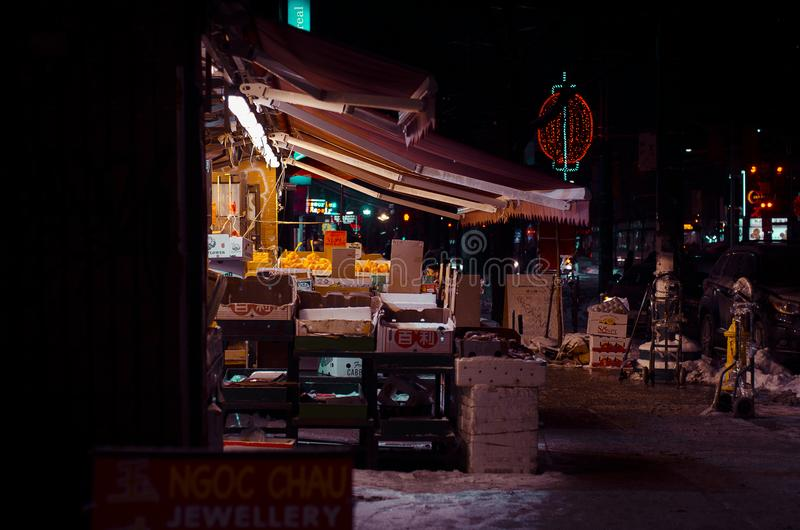 Greengrocery på natttapeten arkivbild