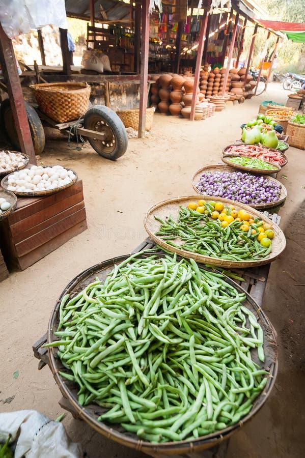 Greengrocery som är till salu på den asiatiska marknaden bagan myanmar arkivbilder