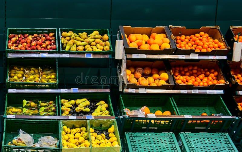 Greengroceryavsnitt på detaljisten i Europa Greengrocery i den lokala supermarket, defocused bakgrund royaltyfria foton