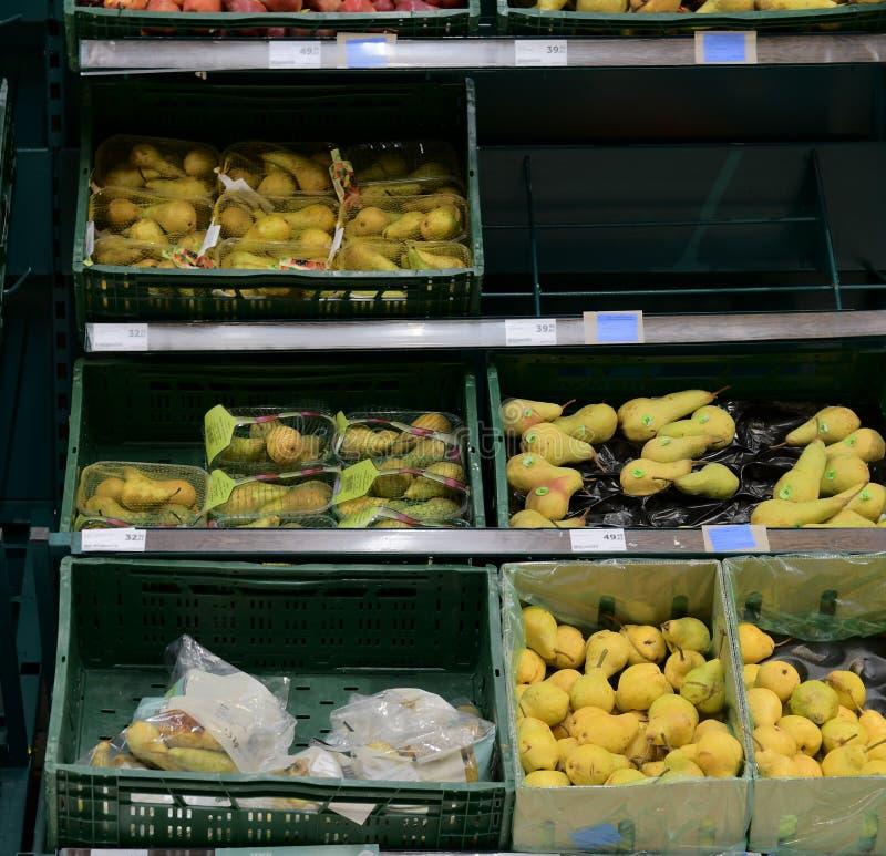 Greengroceryavsnitt på detaljisten i Europa Greengrocery - päron i lokal supermarket fotografering för bildbyråer