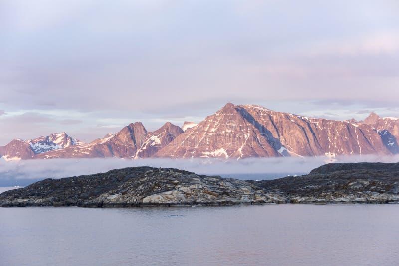 Greenlandic soluppgång vaggar royaltyfri fotografi