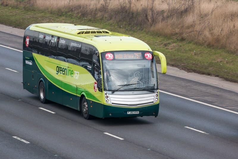 Greenline-Bus in der Bewegung auf der britischen Autobahn lizenzfreies stockfoto