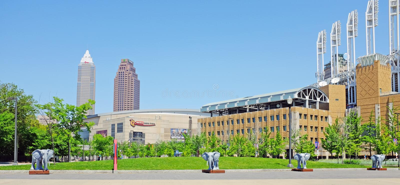 Greenspace do centro de Cleveland perto da arena dos locais de encontro de esportes Q e do campo progressivo imagens de stock