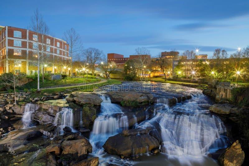 Greenville Carolina Reedy River Waterfalls sul na noite fotos de stock royalty free