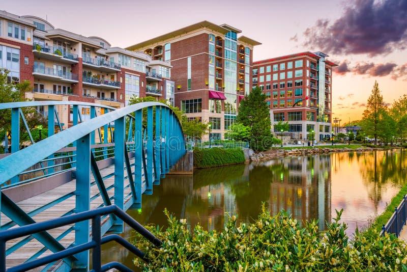 Greenville, South Carolina, arquitetura da cidade do centro dos EUA em Reedy River imagem de stock