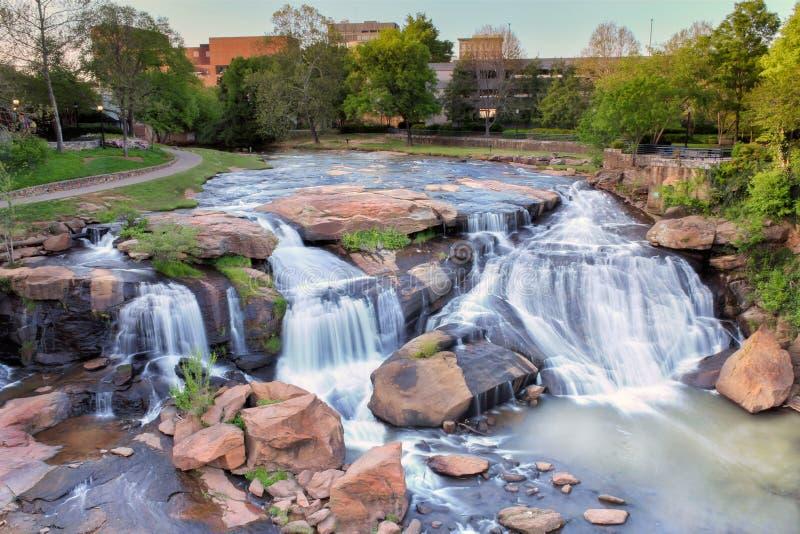 Greenville South Carolina nedgångar parkerar och den iconic vattenfallet arkivbild