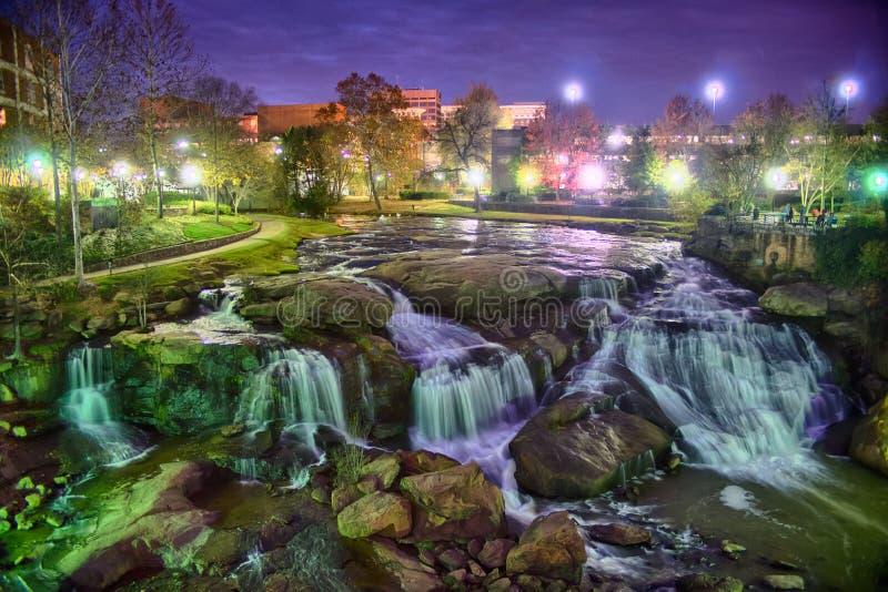 Greenville South Carolina próximo cai caminhada do rio do parque no nigth imagens de stock royalty free