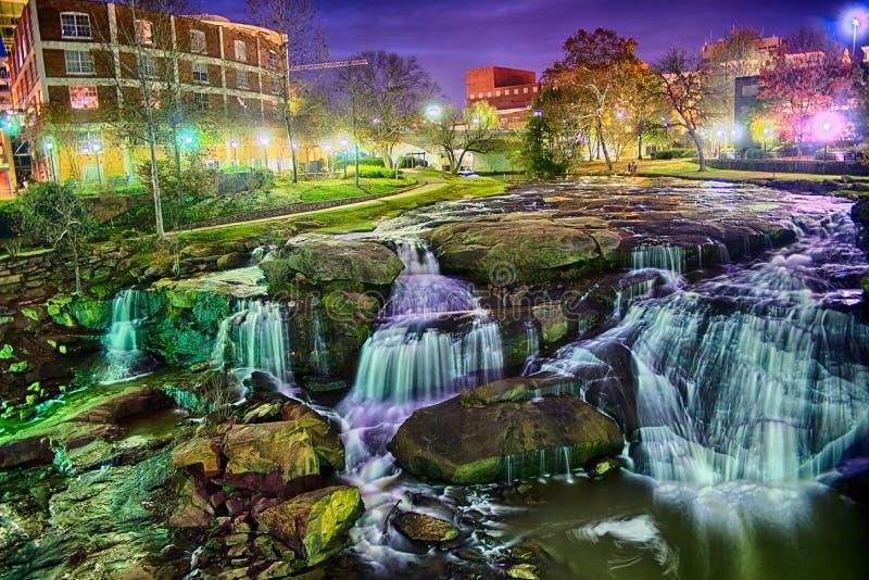 Greenville South Carolina próximo cai caminhada do rio do parque no nigth foto de stock