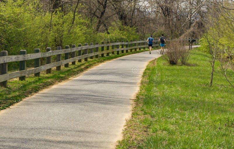 Ходоки на Greenway реки Roanoke стоковые фото