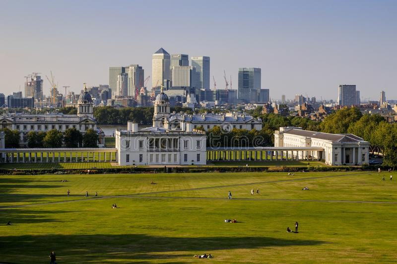 Greenwich parkerar gräsmatta, drottnings hus och Canary Wharf, Greenwich, London arkivbild