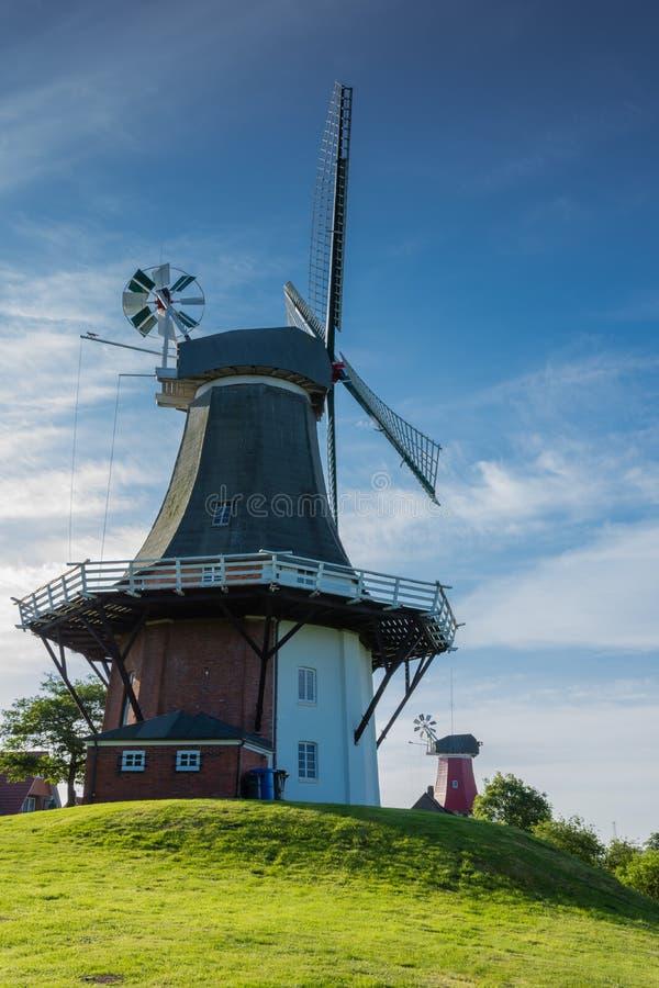Greetsiel孪生风车的绿色磨房,东部弗里西亚,德国 库存图片
