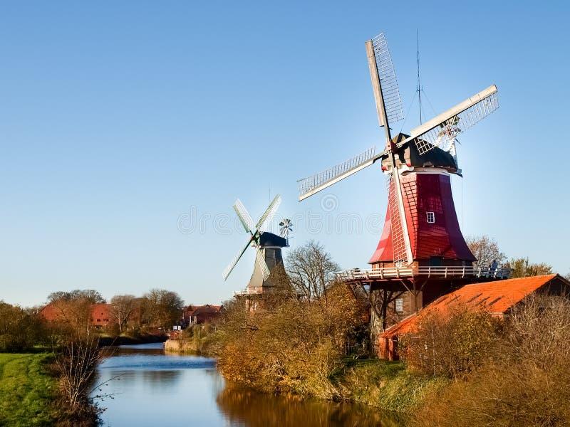 Greetsiel, traditionele Nederlandse Windmolen stock foto