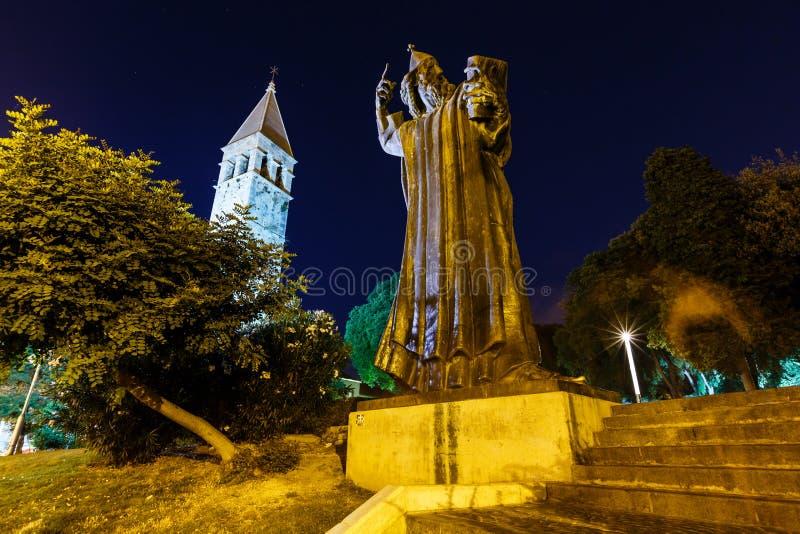 Gregory av den Nin statyn och det Klocka tornet i Split royaltyfria foton