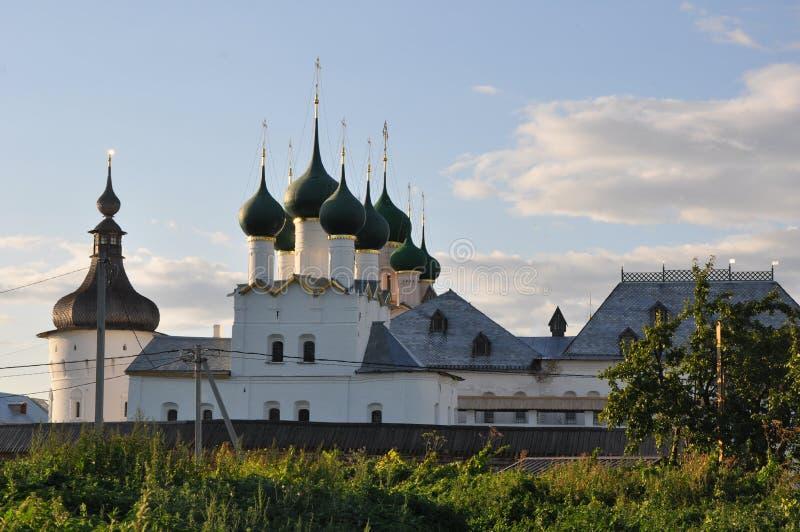 Gregory de de kerk van de Theoloog en Grigoriev-toren in het Kremlin in Rostov Groot royalty-vrije stock afbeelding