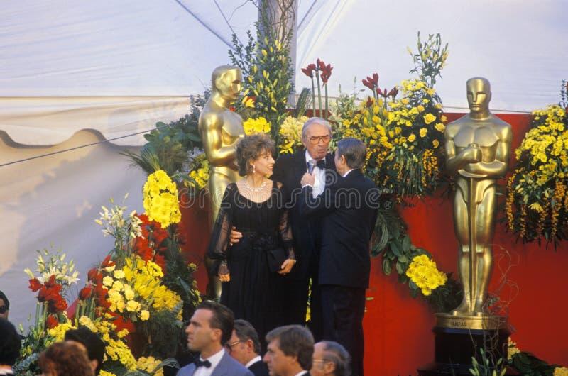 Gregory Peck e esposa em 62nd prêmios da Academia anuais, Los Angeles, Califórnia fotos de stock royalty free
