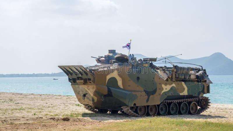 Greifen Sie amphibisches Fahrzeug von Südkorea-Ländern auf Seeufer während der Militärübung multinationalen Unternehmens des Kobr lizenzfreies stockfoto