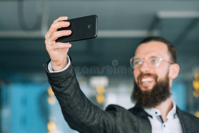 Grejer för mobil teknologi för manselfietelefon moderna arkivbilder