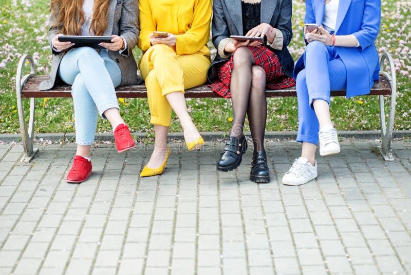 Grejer i händerna av folk kopiera avst?nd Begreppet av internet, de sociala nätverken, studien och livsstilen royaltyfri foto