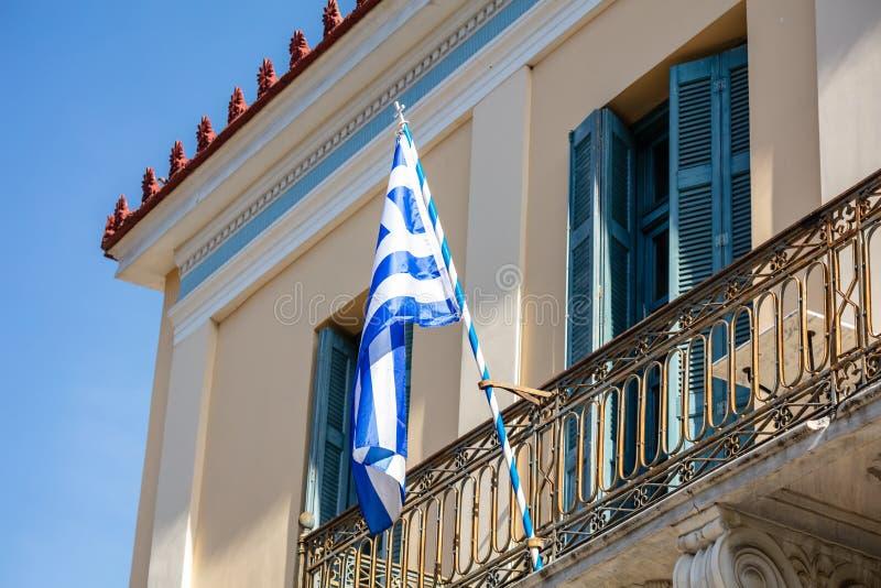Grek flaga na balkonie neoklasyczny dom, Ahens, Plaka obrazy royalty free