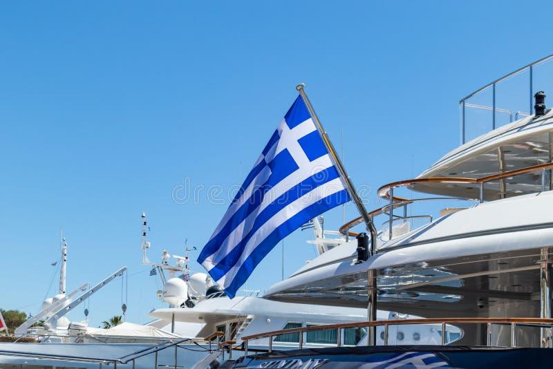 Grek flaga na słupie na statku srogo Trwający rejs Greeece Jasny niebieskiego nieba t?o, zamyka w g?r? widoku obraz royalty free
