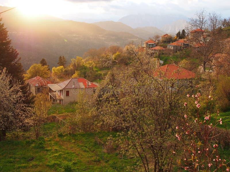 Grekisk bergby, stormljus arkivfoton