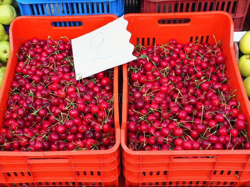Grekisk bondemarknad, mogna röda körsbär royaltyfri foto