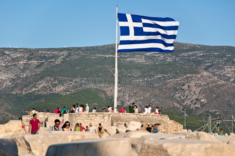 Grekisk flagga på akropol av Aten på Augusti 1, 2013. Grekland. arkivfoto