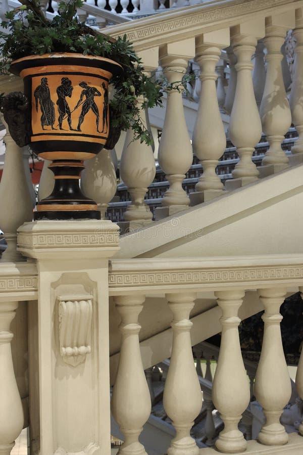 Grekisk forntida arkitektur Stena och marmorera trappa med den grekiska vasen med växten Gammal arkitekturdesign royaltyfri fotografi