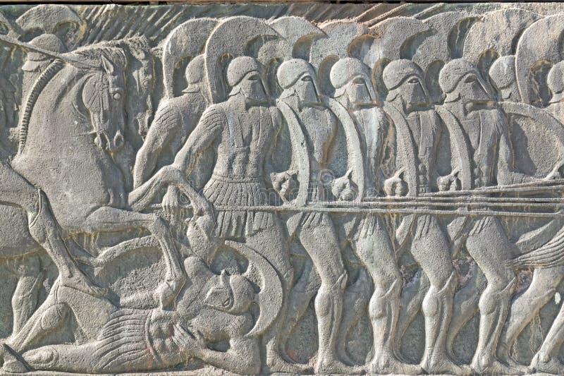 Grekisk forntida likadan platta på den stora Alexander monumentet, Grekland royaltyfria bilder