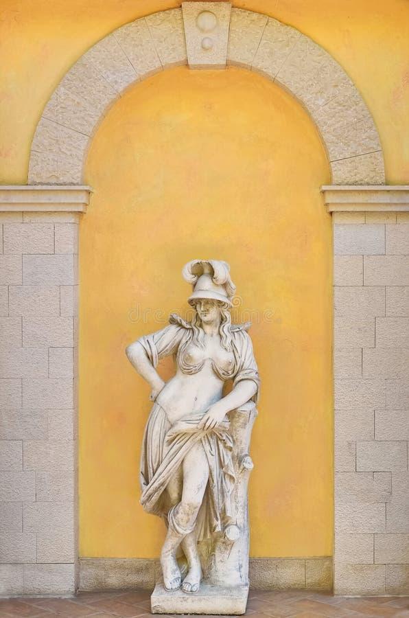 Grekisk kvinnlig staty royaltyfri bild