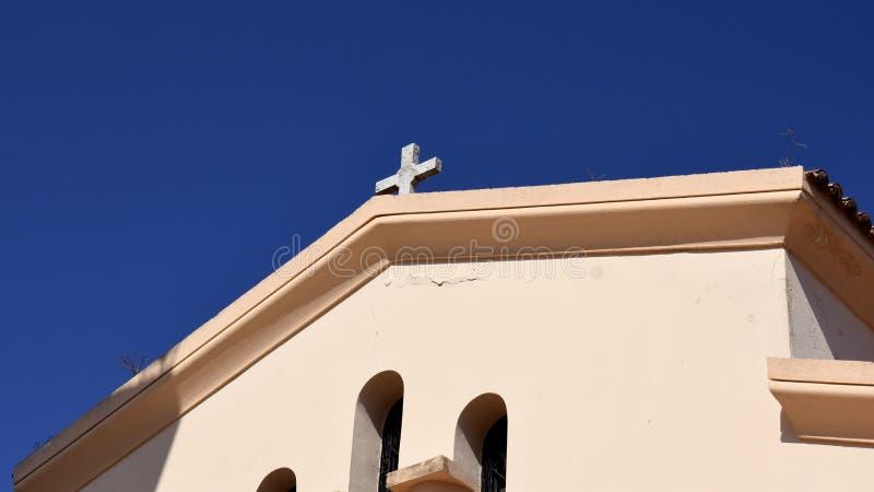Grekisk kyrka med korset royaltyfria foton
