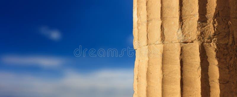 Grekisk marmorpelardetalj på bakgrund för blå himmel royaltyfri foto