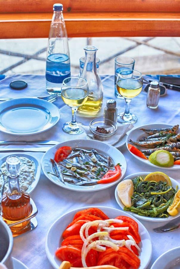 Grekisk mat i traditionell tavernCrete, Grekland fotografering för bildbyråer