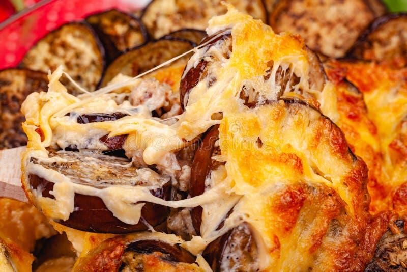 Grekisk Moussaka matr?tt med k?ttf?rs-, aubergine- och s?sbechamel royaltyfri foto