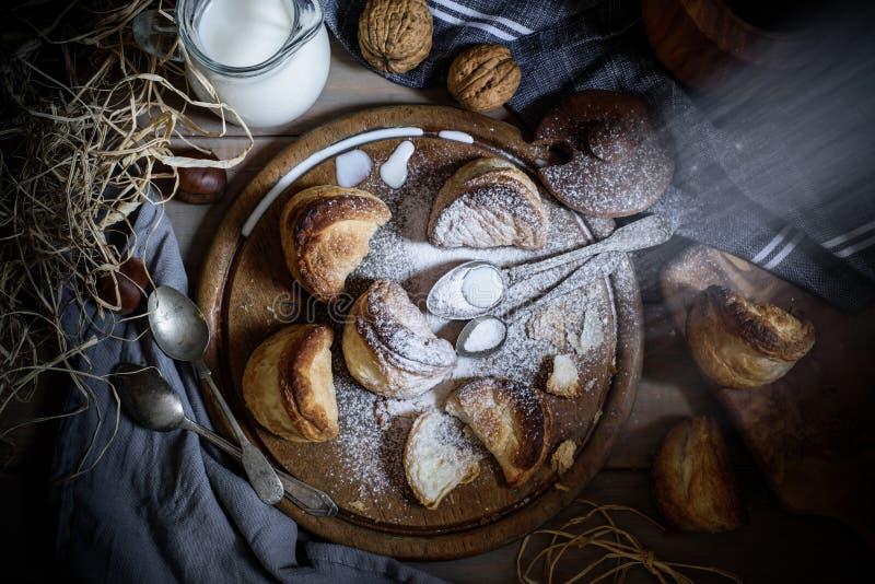 Grekisk ost pusta på det gamla brädet, nära tappningskedar, mjölkar, servetter Smördegklimpar med fetaost Lantlig stil arkivfoton