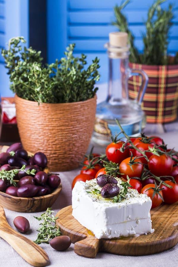 Grekisk ostfeta med timjan och oliv royaltyfria foton