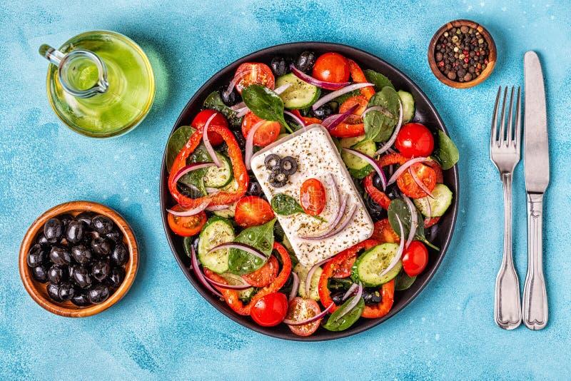 Grekisk sallad av den nya gurkan, tomat, söt peppar, spenat som är beträffande arkivbild