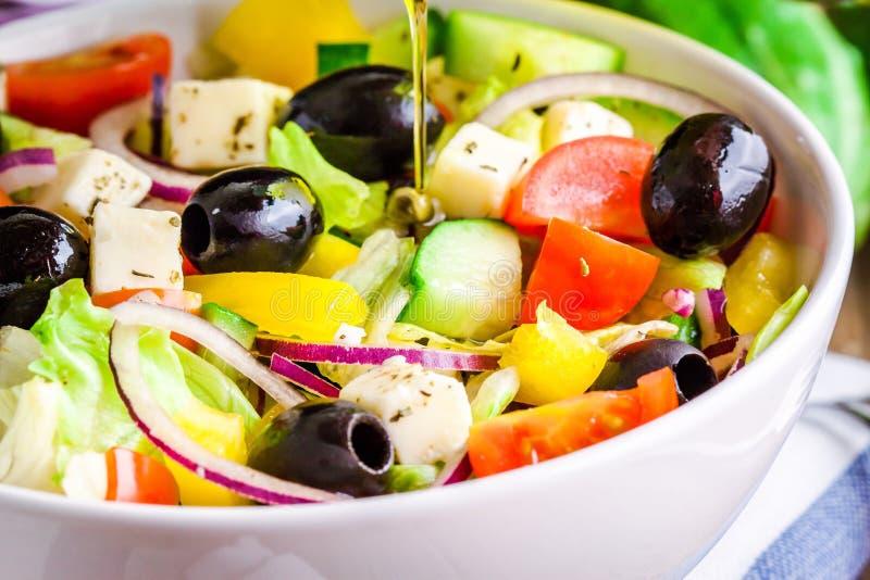 Grekisk sallad av den organiska closeupen för tomater, för gurka, för röd lök, oliv- och för fetaost royaltyfri fotografi